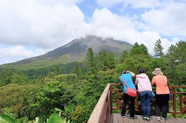 Loved watching these ladies vacationing together #postcard #costarica #arenalvolcano